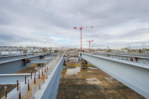Construction des culées, structures qui supporteront à terme le tablier du pont.
